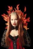 Jeune femme avec des feuilles d'érable d'automne Image libre de droits