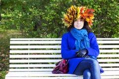 Jeune femme avec des feuilles d'érable sur la tête Photos stock