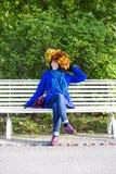 Jeune femme avec des feuilles d'érable sur la tête Photos libres de droits