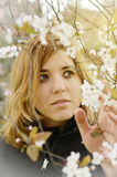 Jeune femme avec des fleurs image stock