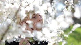 Jeune femme avec des fleurs banque de vidéos