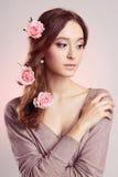 Jeune femme avec des fleurs dans des poils Photographie stock