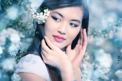 Jeune femme avec des fleurs de cerise images libres de droits