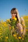 Jeune femme avec des fleurs pour le jour de mère Photographie stock