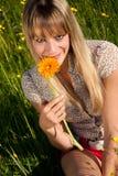 Jeune femme avec des fleurs pour le jour de mère Photo libre de droits