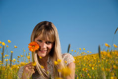 Jeune femme avec des fleurs pour le jour de mère Photos stock