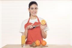 Jeune femme avec des fruits photo stock