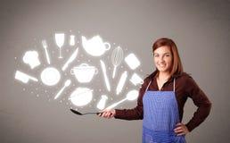 Jeune femme avec des graphismes d'accessoires de cuisine Photos libres de droits