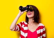 Jeune femme avec des jumelles Images stock