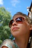 Jeune femme avec des lunettes de soleil Image libre de droits
