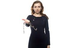 Jeune femme avec des menottes Photographie stock libre de droits