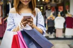 Jeune femme avec des paniers dans la boutique Photo libre de droits