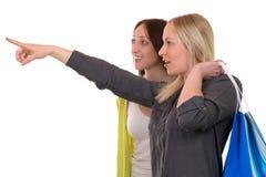 Jeune femme avec des paniers montrant son ami Photos libres de droits