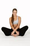 Jeune femme avec des pattes croisées Photographie stock
