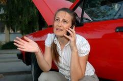 Jeune femme avec des problèmes de véhicule Images stock