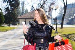 Jeune femme avec des sacs à provisions photo libre de droits