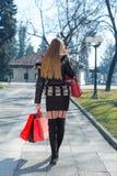 Jeune femme avec des sacs à provisions Photos stock