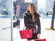 Jeune femme avec des sacs à provisions photographie stock