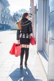 Jeune femme avec des sacs à provisions Photographie stock libre de droits