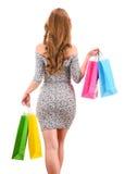 Jeune femme avec des sacs à provisions d'isolement sur le blanc images stock