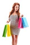 Jeune femme avec des sacs à provisions d'isolement sur le blanc image libre de droits