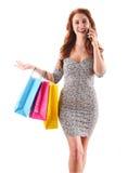 Jeune femme avec des sacs à provisions d'isolement sur le blanc image stock