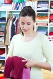 Jeune femme avec des vêtements Images stock