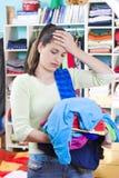 Jeune femme avec des vêtements Photo stock