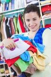 Jeune femme avec des vêtements photographie stock libre de droits