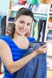 Jeune femme avec des vêtements Image stock