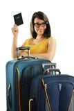 Jeune femme avec des valises d'isolement sur le blanc Photos libres de droits