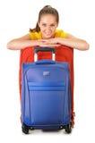 Jeune femme avec des valises de voyage De touristes préparez pour un voyage Images libres de droits