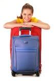 Jeune femme avec des valises de voyage De touristes préparez pour un voyage Photos stock