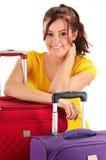 Jeune femme avec des valises de voyage De touristes préparez pour un voyage Image libre de droits