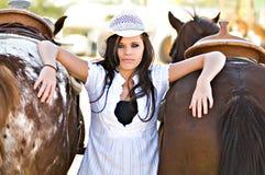 Jeune femme avec deux chevaux Photographie stock libre de droits
