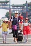 Jeune femme avec deux filles, Pékin, Chine Photo libre de droits