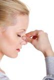 Jeune femme avec douleur de pression de sinus image stock