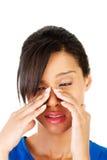 Jeune femme avec douleur de pression de sinus Photo stock