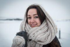 Jeune femme avec du café chaud sur le fond d'hiver Photographie stock