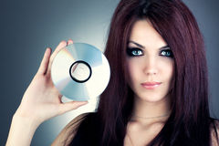 Jeune femme avec du CD Photographie stock libre de droits
