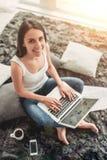 Jeune femme avec du charme à la maison image libre de droits