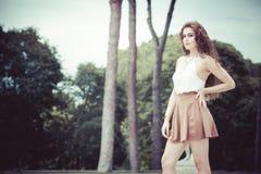 Jeune femme avec du charme et belle avec les cheveux bouclés dehors photographie stock