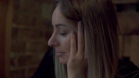 Jeune femme avec du charme s'asseyant en café ou café pendant le temps gratuit, femelle attirante avec le sourire mignon ayant pa banque de vidéos