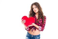 Jeune femme avec du charme tendre tenant le coeur rouge Image stock