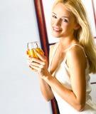 Jeune femme avec du jus Image stock