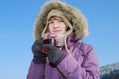 Jeune femme avec du thé photographie stock libre de droits