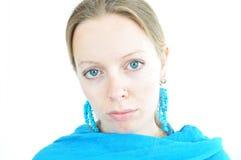 Jeune femme avec l'écharpe de turquoise photographie stock libre de droits