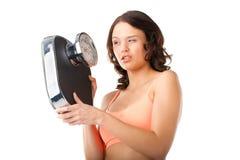 Jeune femme avec l'échelle de mesure Photographie stock