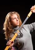 Jeune femme avec l'épée de samouraï photo stock