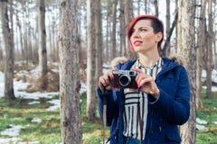 Jeune femme avec l'appareil-photo en nature Photo libre de droits